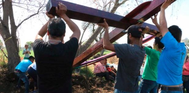 Colocan cruz de 6 metros y flores en honor a víctimas de Tlahuelilpan   El Imparcial de Oaxaca
