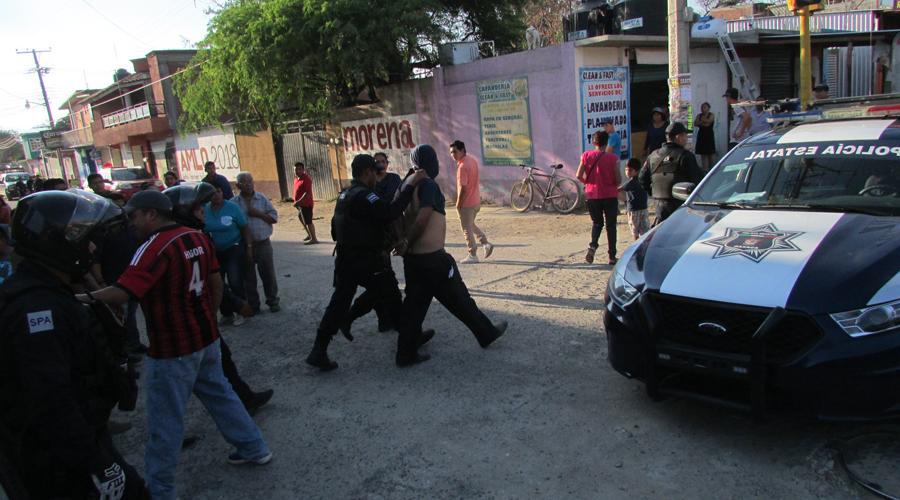 Video: Persecución termina en choque y policías agreden a reportero   El Imparcial de Oaxaca