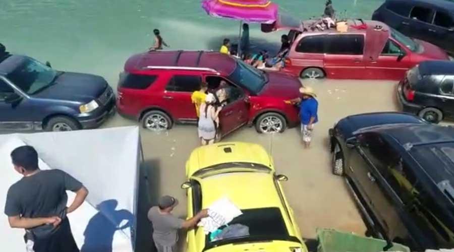 Video: Se inundan autos estacionados a orilla del mar por repentina marejada | El Imparcial de Oaxaca