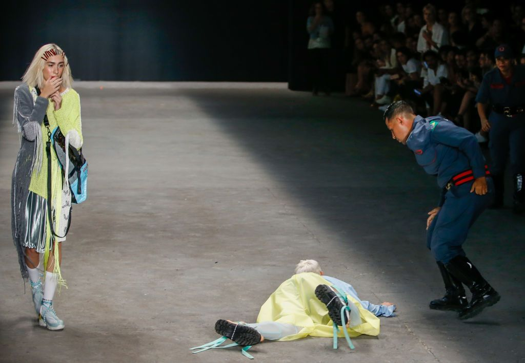 "Video: Modelo muere en plena pasarela de la ""Fashion Week"" de Brasil 
