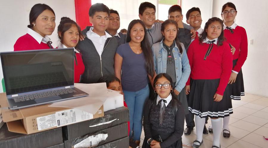 Dona Yalitza Aparicio, equipo de cómputo a Cobao de Tlaxiaco | El Imparcial de Oaxaca