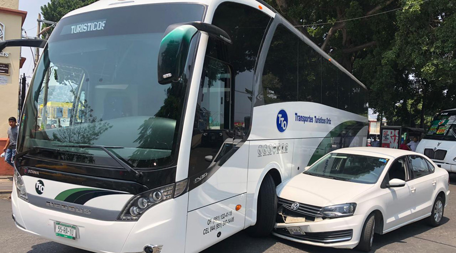 Choque entre autobús turístico y auto particular en el parque Morelos | El Imparcial de Oaxaca