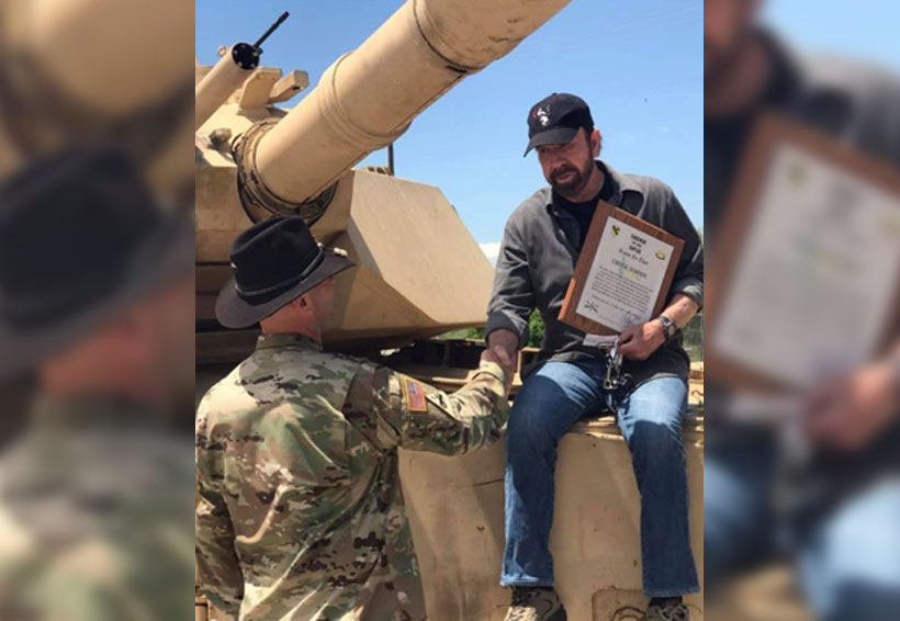 Visita Chuck Norris base militar para grabar serie | El Imparcial de Oaxaca