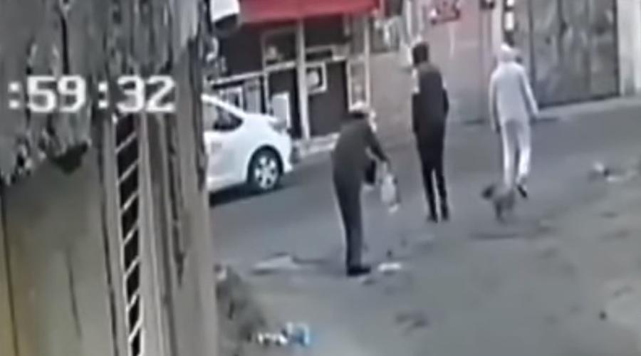 Video: Dos jóvenes asaltan con violencia a adulto mayor | El Imparcial de Oaxaca