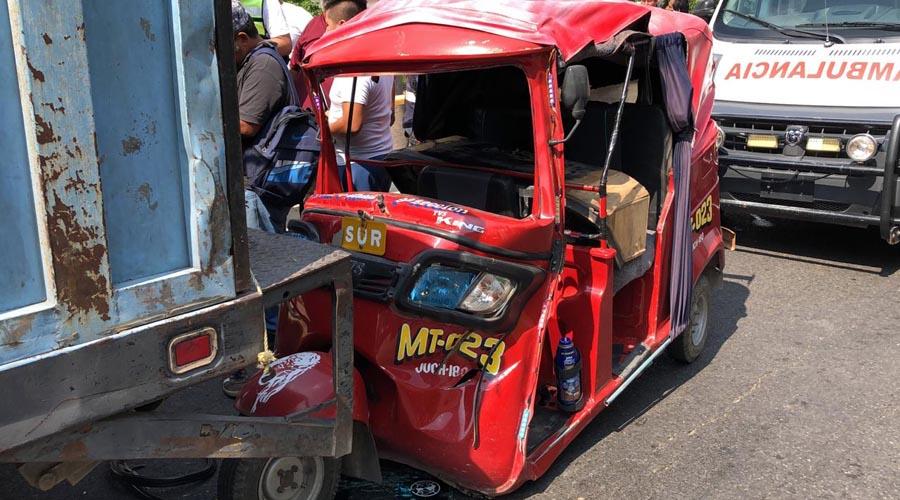 Motocarro se estampa detrás de camioneta en Juchitán, Oaxaca | El Imparcial de Oaxaca