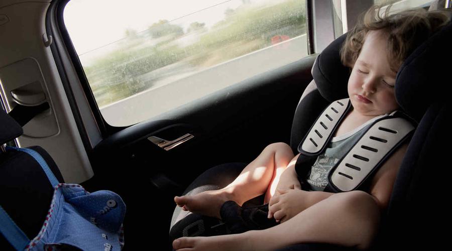 Dejan encerrados a niños en coche y uno de ellos llama al 911 | El Imparcial de Oaxaca