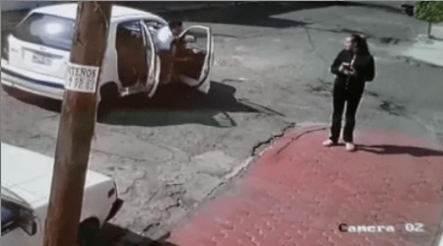Mujer corre para escapar de secuestradores en taxi | El Imparcial de Oaxaca