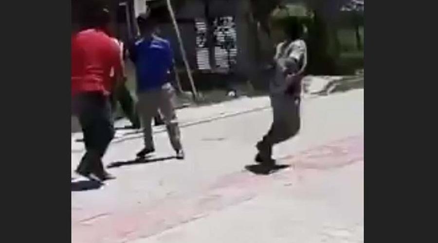 Video: Maestro termina pelea entre jóvenes a cinturonazos | El Imparcial de Oaxaca