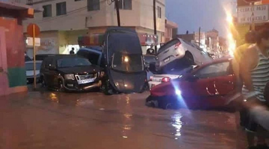 Video: fuerte tromba azota Matehuala, SLP; arrastra con autos | El Imparcial de Oaxaca