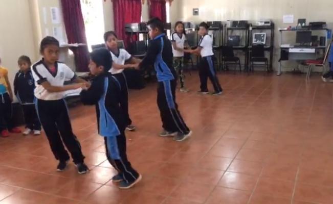 Sorprende maestro de Reyes Etla que enseña a sus alumnos a bailar salsa | El Imparcial de Oaxaca