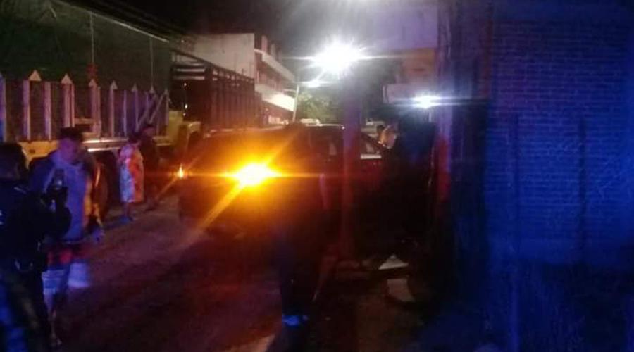 En la Mixteca, choca contra auto y luego se estampa en una casa   El Imparcial de Oaxaca