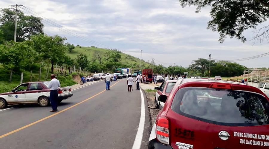 Se manifiestan taxistas de la Costa de Oaxaca | El Imparcial de Oaxaca
