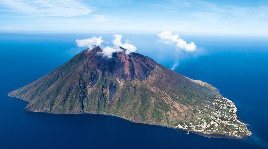 Hace erupción volcán en isla turística de Italia; hay al menos un muerto y un herido | El Imparcial de Oaxaca