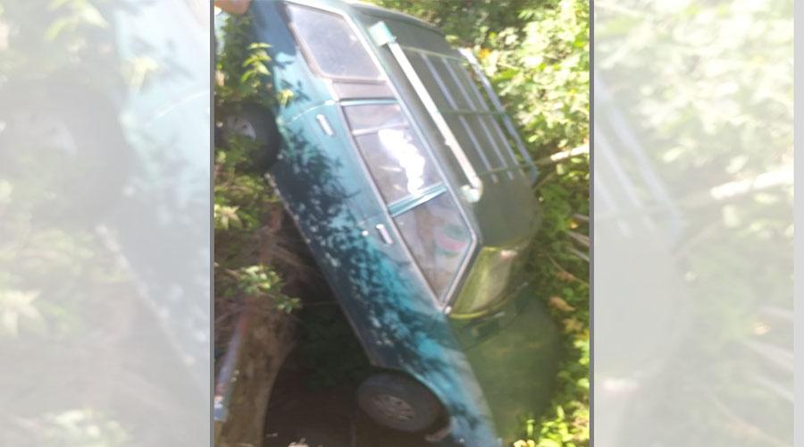 Se va un auto a una zanja en Rancho Castillo, Huajuapan | El Imparcial de Oaxaca