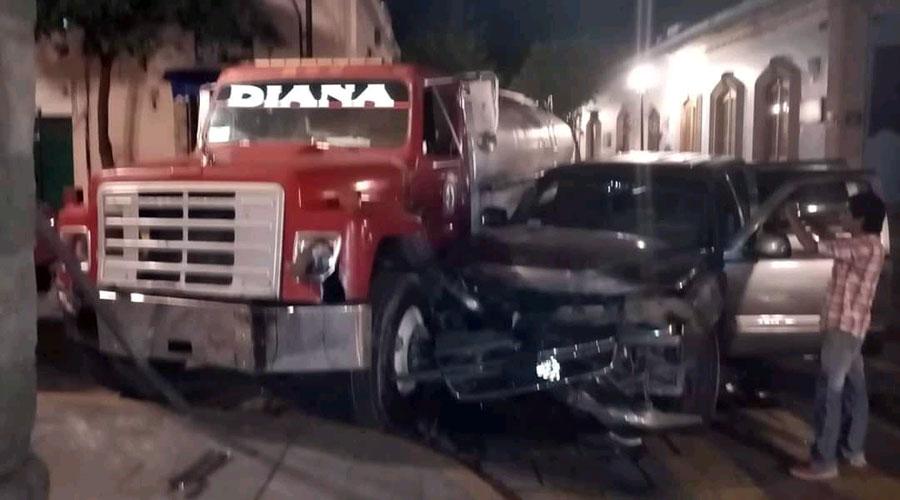 Chocan camioneta y pipa por imprudentes en centro de Oaxaca | El Imparcial de Oaxaca