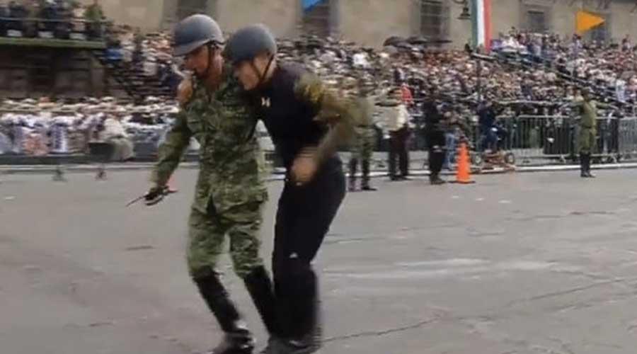 Video: Jinete sufre caída frente a Palacio Nacional durante desfile | El Imparcial de Oaxaca