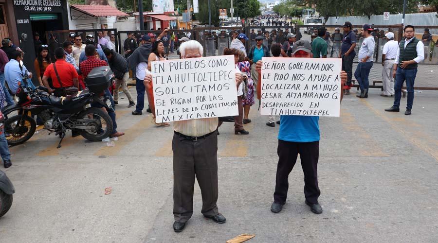 Se manifiestan familiares de policías desaparecidos | El Imparcial de Oaxaca