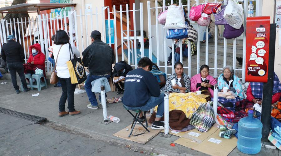 Frías y tristes noches para familiares de pacientes en el Civil | El Imparcial de Oaxaca
