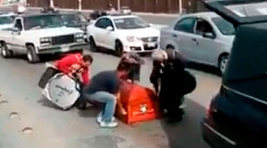 Video: ataúd se sale de carroza y el chofer ni cuenta se dio   El Imparcial de Oaxaca