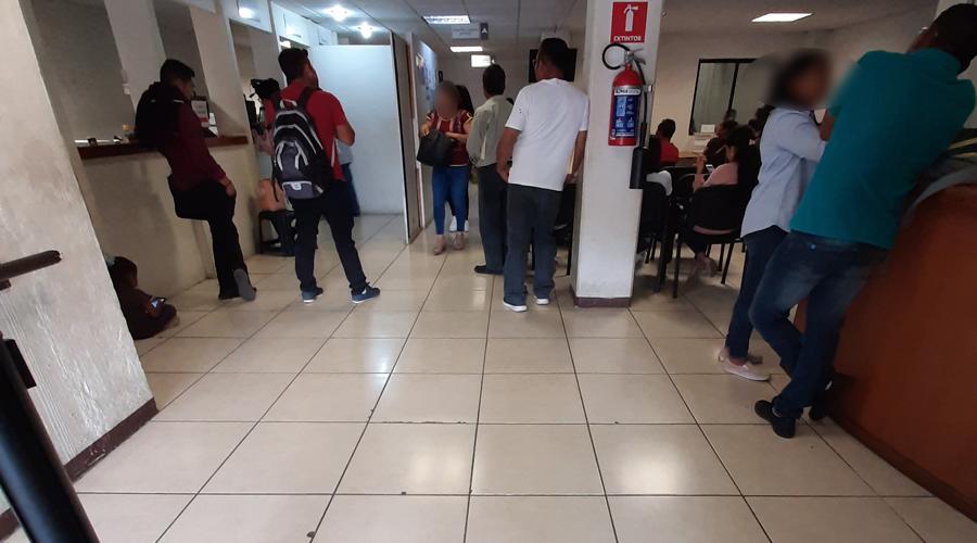 Personas esperan en la calle para realizar trámite de pasaporte | El Imparcial de Oaxaca