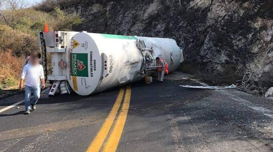 Vuelca pipa cargada de litros de hidrocarburo sobre la 190 | El Imparcial de Oaxaca