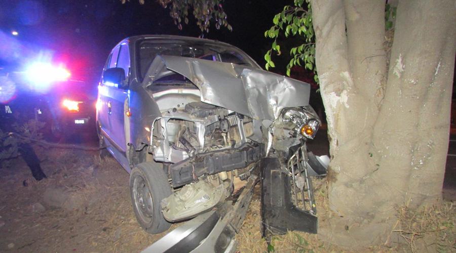 Conductor ebrio se estampa contra un árbol en San Agustín de las Juntas | El Imparcial de Oaxaca