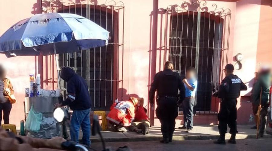 Hombre golpeado en calle de Galeana es auxiliado por paramédicos | El Imparcial de Oaxaca