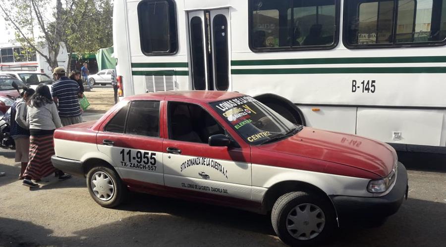 Motopatrulla se estrella en la puerta de taxi foráneo | El Imparcial de Oaxaca