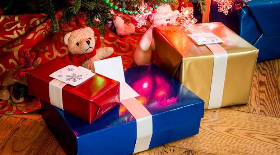 Juguetes y regalos hacen felices a los niños en el Día de Reyes