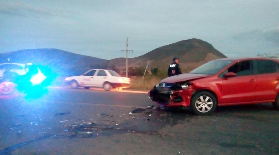Fuerte choque entre un taxi y automóvil en la 131 | El Imparcial de Oaxaca