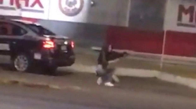 Video: Mujer dispara contra conductores en Aguascalientes; robó el arma de patrulla | El Imparcial de Oaxaca