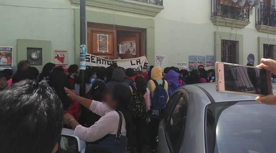 Con bloqueo, exigen normalistas 318 plazas | El Imparcial de Oaxaca