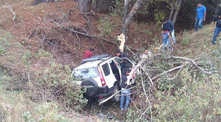 Vuelcan a  un barranco en la carretera estatal de Yolomecatl | El Imparcial de Oaxaca