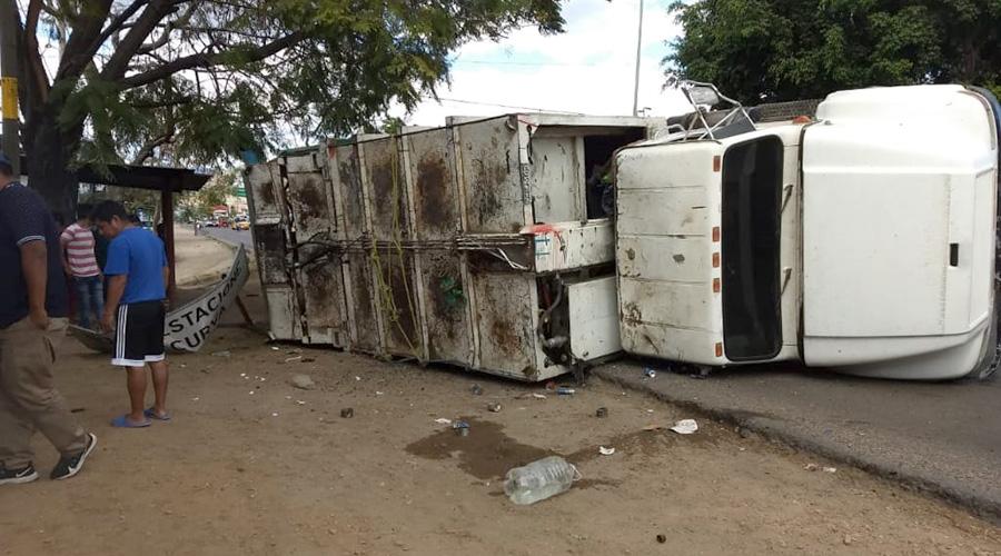 Vuelca un camión recolector de basura