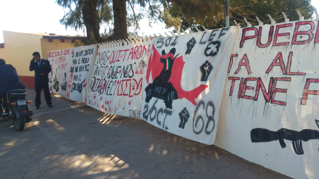Toman normalistas de Huajuapan su escuela