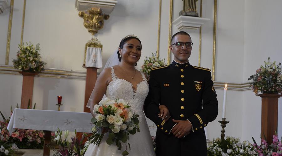 Roberto Edwin y Adriana ofrecen su amor a Dios en el altar