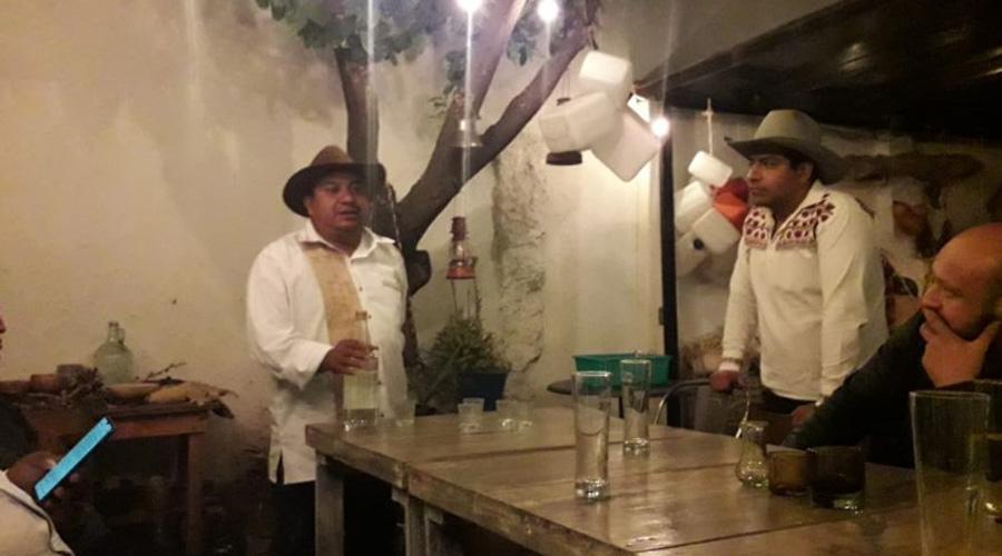 Arqueólogo promueve bebidas artesanales como el mezcal y el chingre