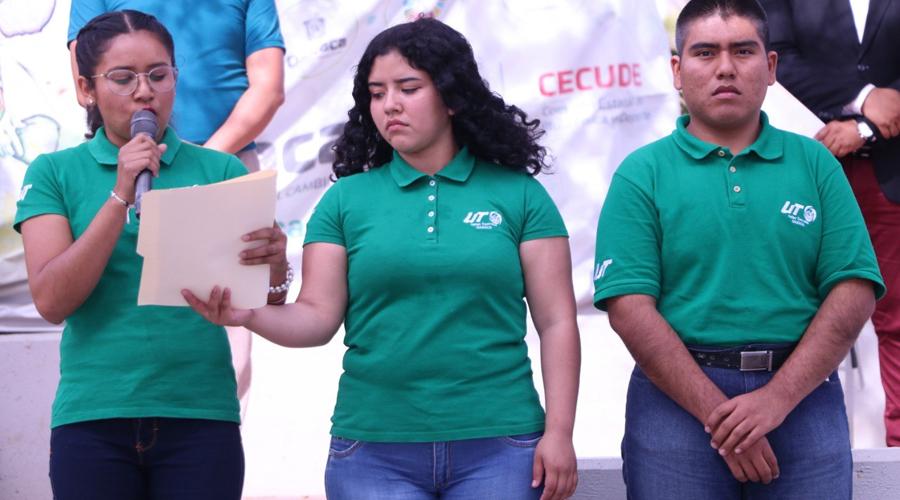 Abanderan a estudiantes oaxaqueños para el ERDCUT | El Imparcial de Oaxaca