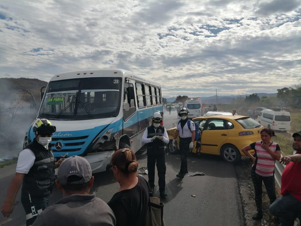 Incendio provoca choque entre auto y autobús sobre la carretera 131 | El Imparcial de Oaxaca
