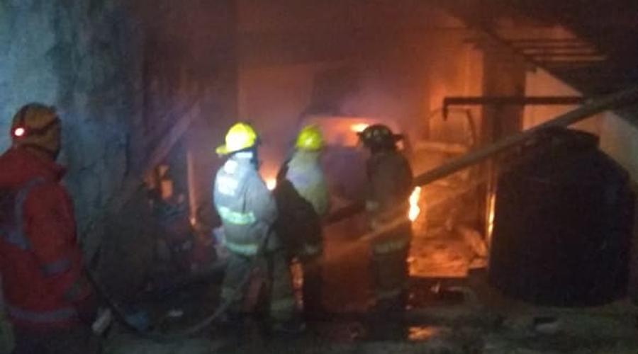 Se quema camioneta en la colonia Siete Regiones de la ciudad de Oaxaca | El Imparcial de Oaxaca