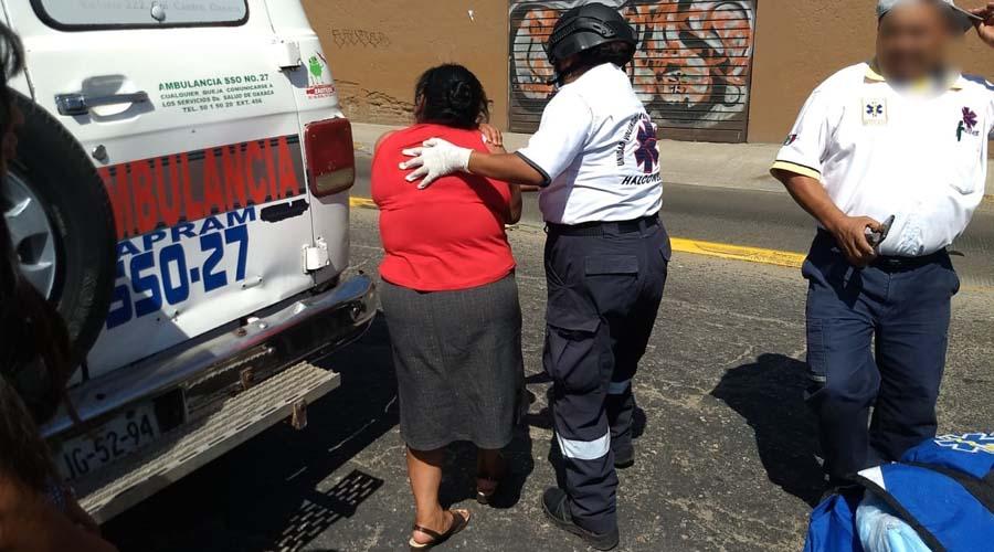 Motociclista se estrella contra taxi  y lesiona a una mujer frente al Parque del Amor | El Imparcial de Oaxaca