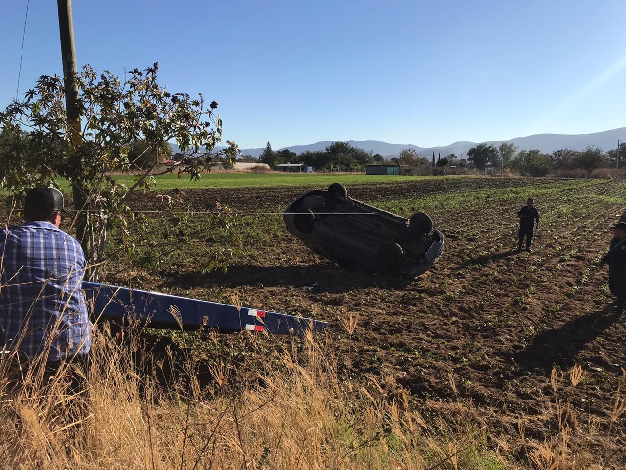 Mujer vuelca su auto en terrenos de sembradíos | El Imparcial de Oaxaca