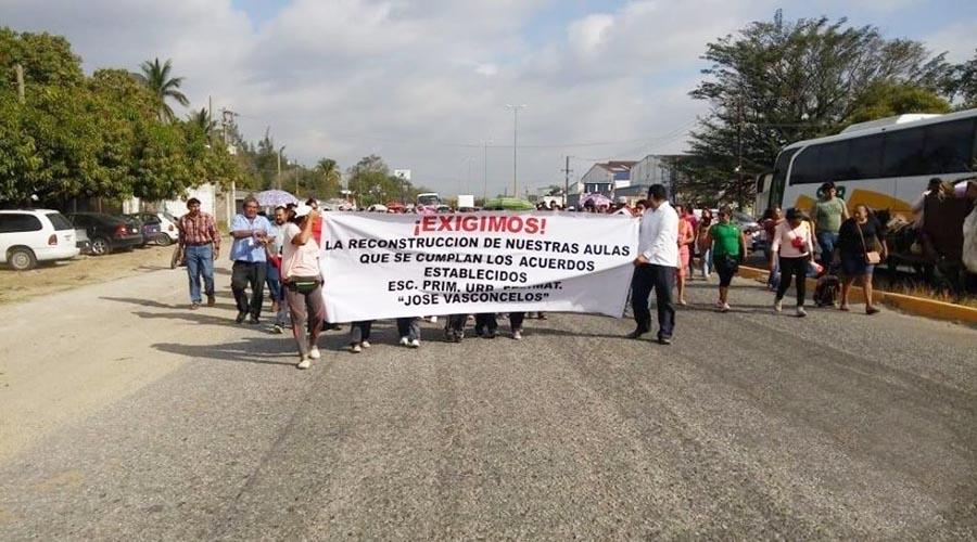 Alumnos y padres de familia marchan para exigir la reconstrucción de aulas en Juchitán, Oaxaca | El Imparcial de Oaxaca