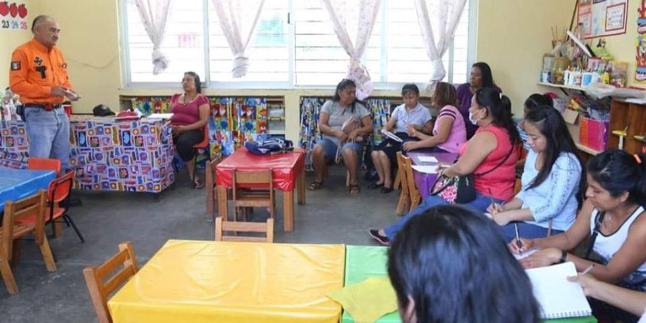 Protección Civil capacita a estudiantes y profesores  de Salina Cruz, Oaxaca