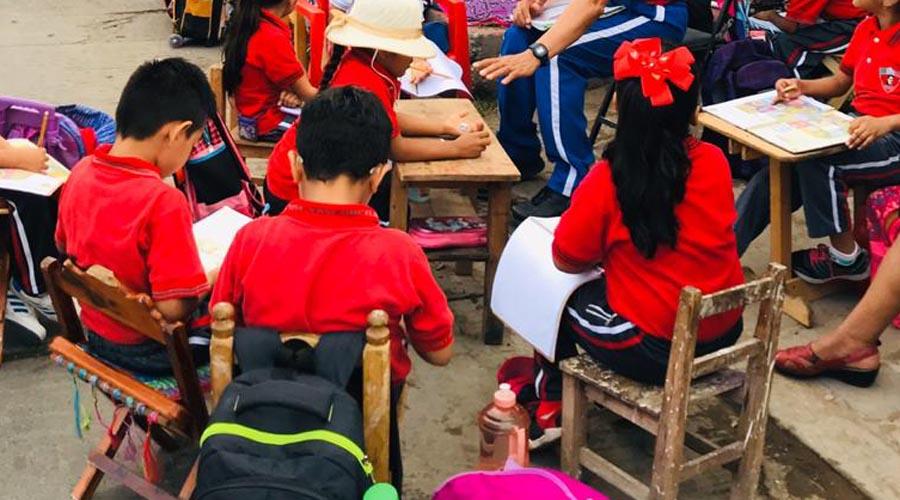 Alumnos reciben clases  en las calles de Juchitán, Oaxaca