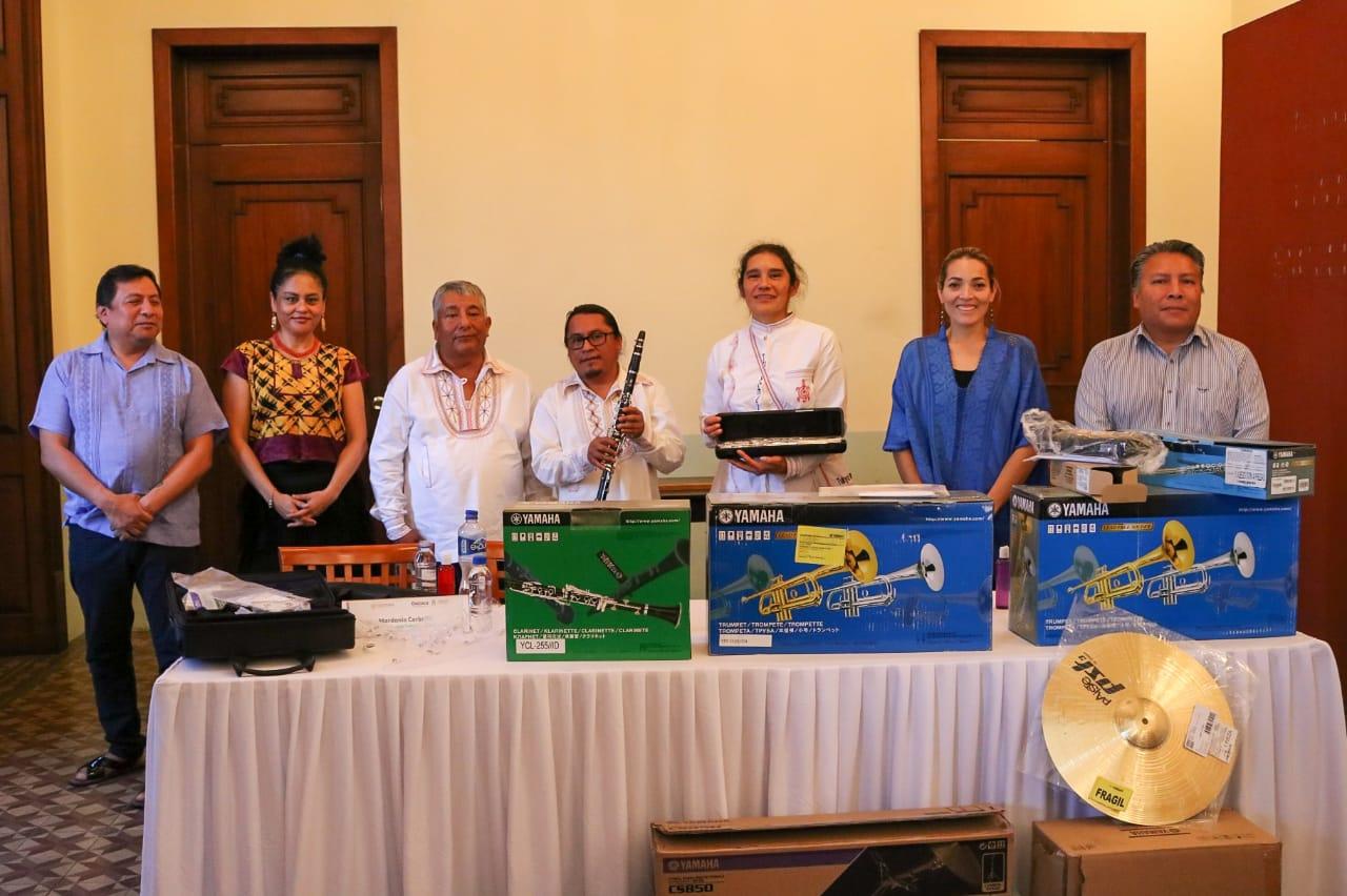 En Oaxaca, entregan instrumentos a puerta cerrada por Covid-19 | El Imparcial de Oaxaca