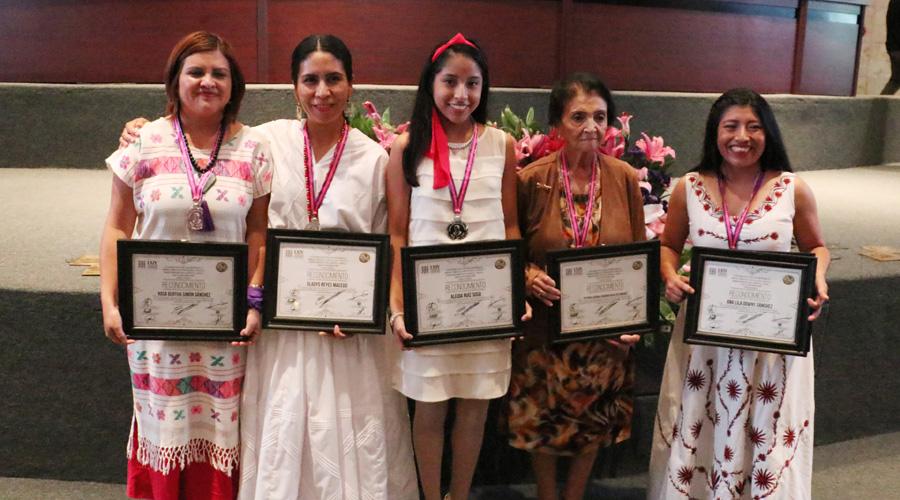 Distinguen a oaxaqueñas con Medalla Juana Catalina Romero