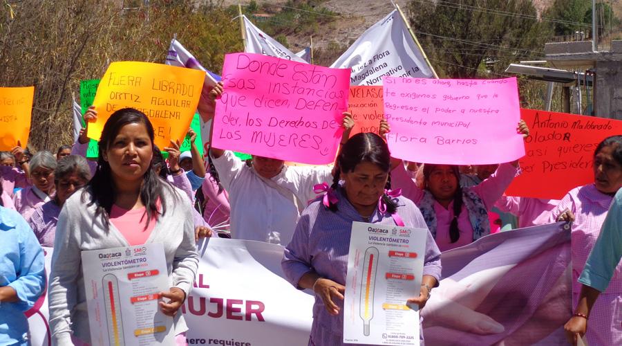 Mujeres de Magadalena Peñasco marchan en defensa de su presidenta