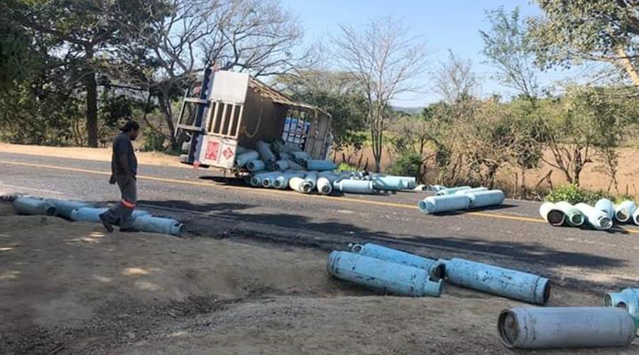 ¡Cunde el pánico! Vuelca camión repartidor de gas | El Imparcial de Oaxaca