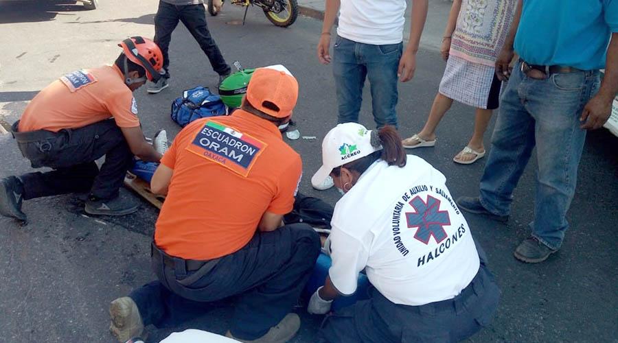 Urbanero arrolla a un motociclista